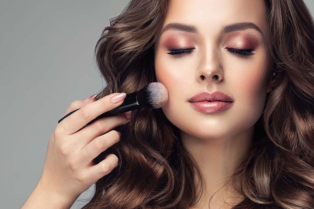 Frau mit MakeUp-Pinsel