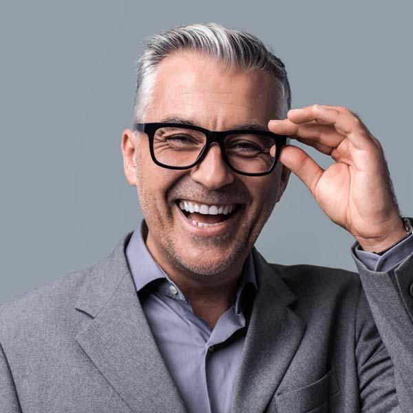 Mann freut sich über Brille