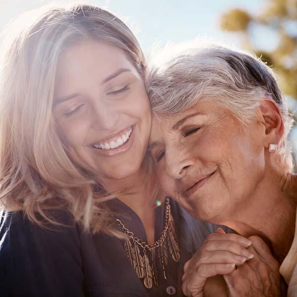 Mutter und Tochter umarmen sich