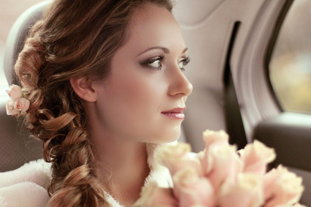 Braut schaut froh in die Zukunft